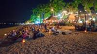 Enjoy the balmy afternoons and evenings of your holiday by discovering the best beach bars on the island. Sandy beaches, cabanas, pillows and loungers on the beach? Beautiful sunsets. Let us introduce you to 5 of the best beach bars on Koh Samui