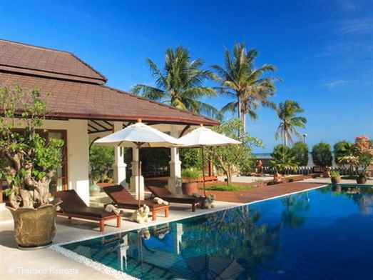 Ban Laem Sett is a contemporary style Koh Samui villa sitting  directly on Laem Sor beach. on the south coast of Koh Samui. Close to Hua Thanon village. 15 minutes to Lamai. Stunning views of neighbouring islands. Offers rates for 3 and 4 bedroom occupancy.