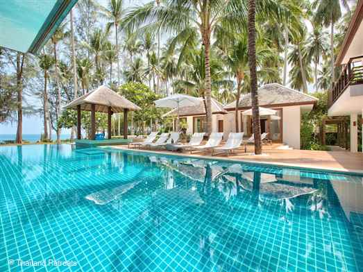 Situated on Lipa Noi beachfront this Koh Samui villa is a stylish and well equipped retreat. Lawned gardens, infinity pool, outdoor cinema screen & tree house. Offers rates for 4,5 and 6 bedroom use certain seasons.