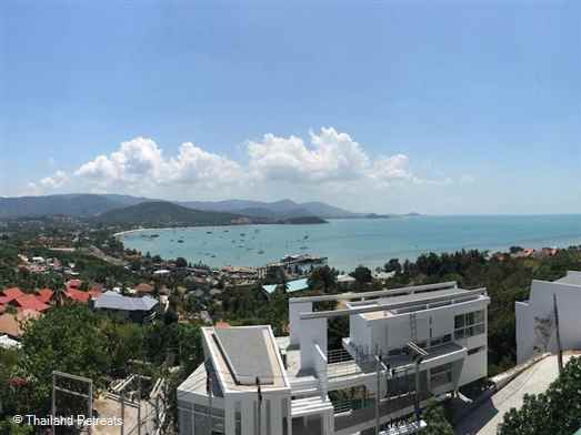 A spacious sea view villa with a minimalist design. Infinity pool with Jacuzzi and roof terrace. Within 5 minutes drive to both the swimming area of Big Buddha beach and the beautiful Choeng Mon beach.